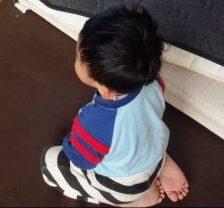 本日の長男&次男 正座してテレビを見る武道精神