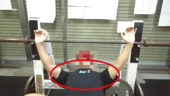 【ベンチプレスのやり方】バーの握り方・持ち幅・寝る位置・ハト胸作りの意識・下ろす位置